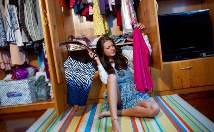 Девушка выбирает одежду со